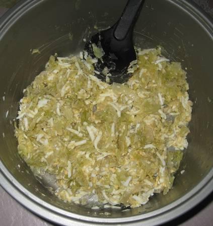 4. Яйца остудить, очистить и нарезать небольшими кубиками (можно натереть на терке) и соединить с готовой капустой. Начинку посолить, поперчить и аккуратно перемешать. Дополнить этот простой рецепт капустных пирожков жареных можно специями по вкусу.