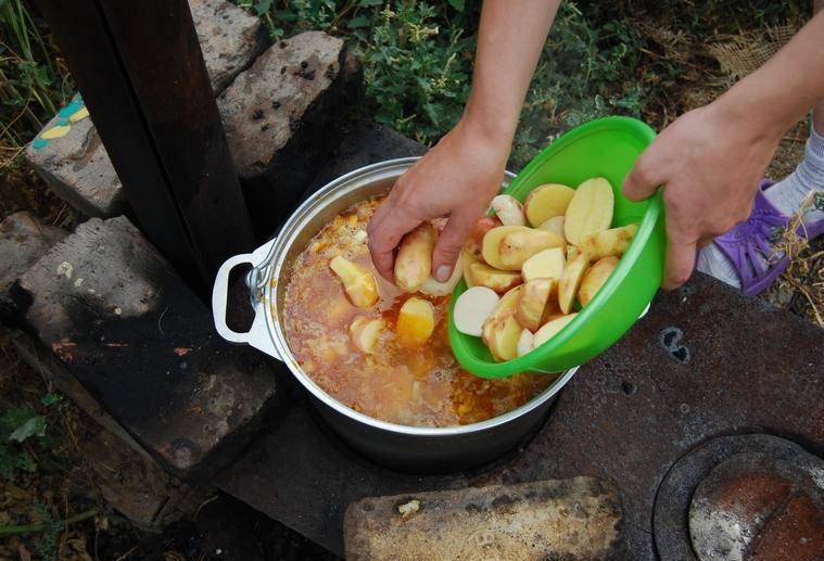5. Когда бульон перекипит, - добавим картофель, и продолжим варить до полной готовности картошки.