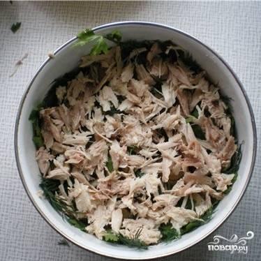Далее выкладываем в блюдо слой измельченного отваренного куриного мяса.