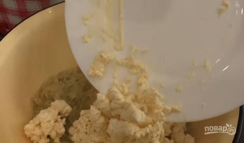 5.К мягкому луку на сковороде добавьте немного соли и черного перца, обжарьте еще пару минут и переложите в миску. Сразу же добавляете измельченный на крупной терке сыр и перемешиваете.