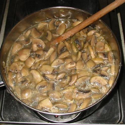 Далее нужно влить горячего куриного бульона. Довести до кипения. Добавить лаврушку и варить в течении 10 минут. Удалить лавровый лист, затем переставить суп остывать на несколько минут.