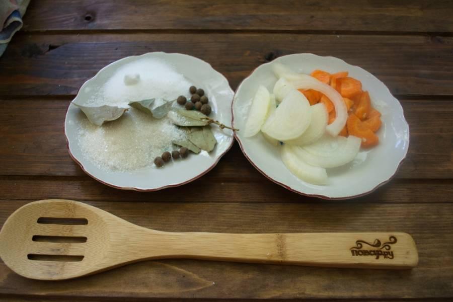 Подготовьте продукты для маринада. Морковь нарежьте полукольцами или соломкой. Полукольцами нарезаем и репчатый лук.