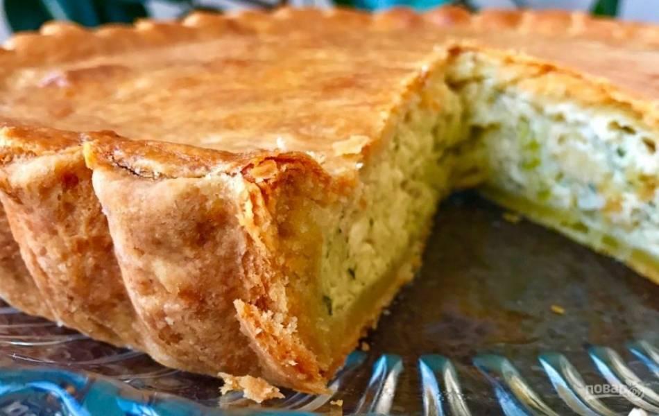 11.Выпекайте пирог в разогретом до 160-170 градусов духовом шкафу около 20-25 минут, за пару минут до готовности смажьте пирог взбитым яйцом. Пирог подавайте холодным.