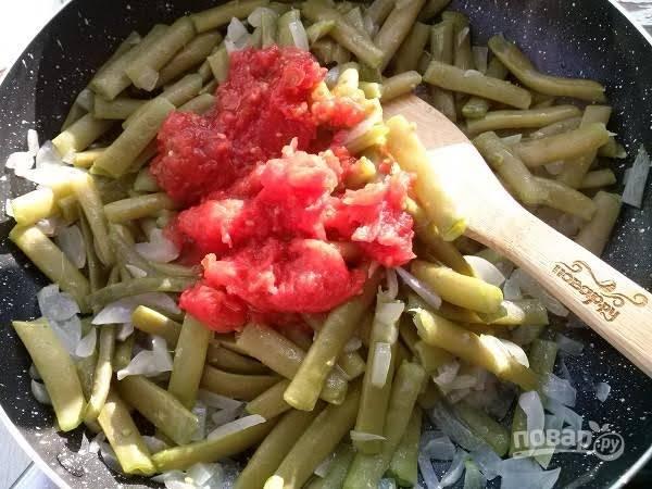 5.      Нарежьте помидоры на кусочки  и добавьте к фасоли. Посолите по вкусу и тушите минут пять под закрытой крышкой. Затем добавляете мелко нарубленную кинзу. Лобио вкусно и горячим, и охлажденным. Подавали нам его с мамалыгой -  кашей из кукурузной муки. Приятного аппетита!