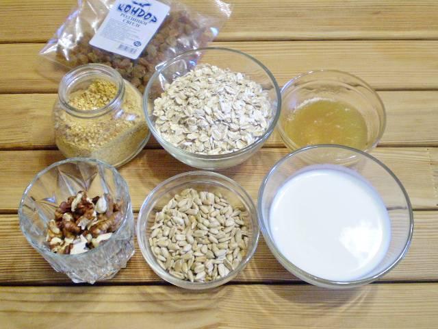 1. Приготовим необходимые продукты. Изюм распарить и отцедить.