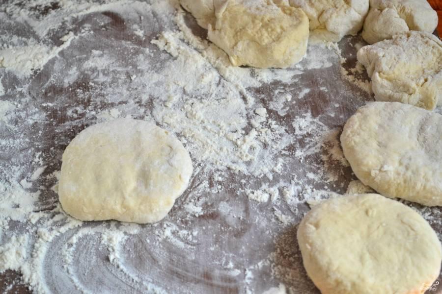 Переверните пирожок вверх дном, чтобы при жарке края не разошлись.