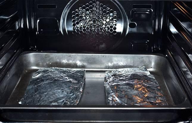 9. Запекайте рыбу в разогретой до 200 градусов духовке в течение 20 минут.