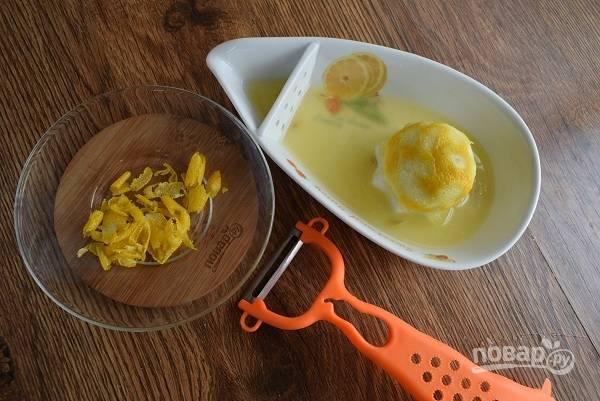 Духовку включите на 180 °C. Лимон тщательно вымойте, снимите аккуратно цедру, не задевая белую часть. Выжимайте сок.