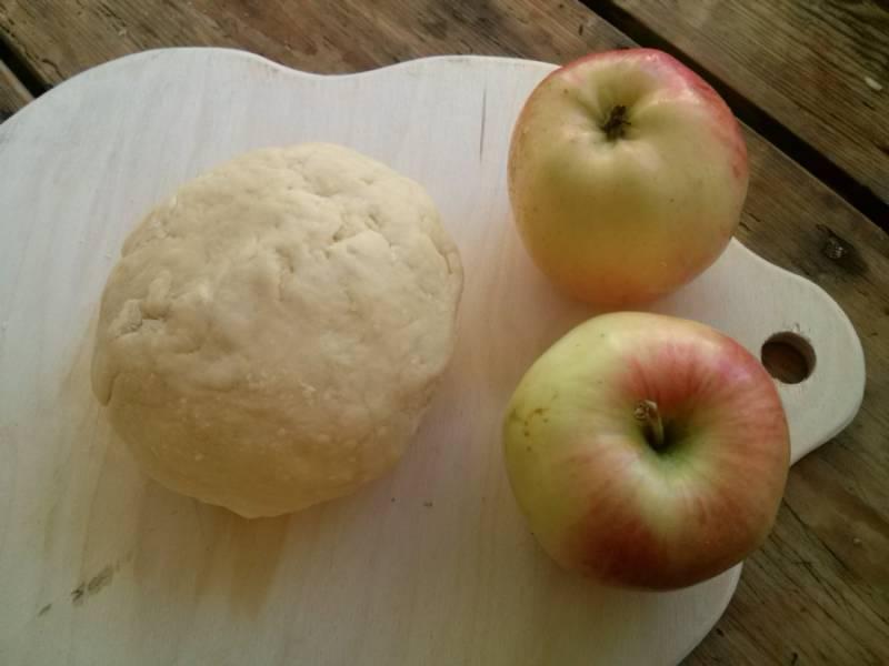 Муку и разрыхлитель просейте, добавьте сметану, размягченное масло, замесите тесто. Скатайте его в шар и заверните в пищевую пленку, поставьте в холодильник.