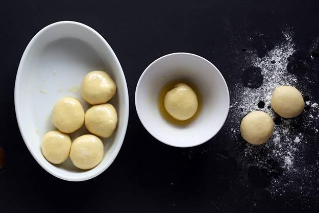 7. Небольшое количество сливочного масла растопить и окунуть в него каждый шарик, прежде чем выложить в жаропрочную форму.