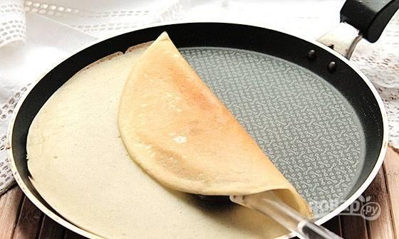 7. Наливайте тесто небольшими порциями на хорошо разогретую сковороду и жарьте блинчики с двух сторон до румяности. Приятного аппетита!