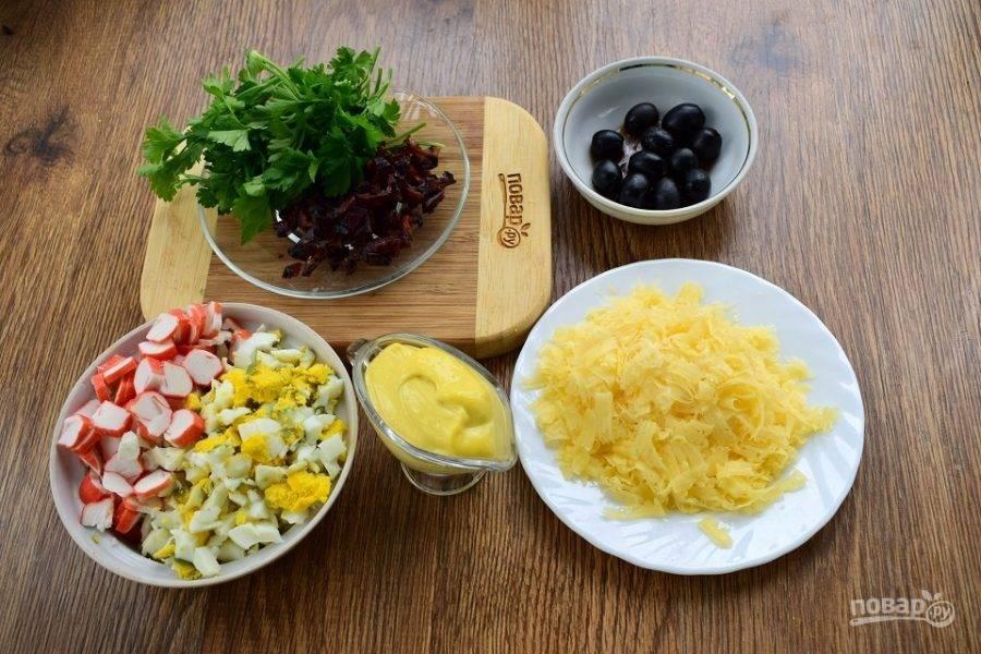 Крабовый салат с черносливом - пошаговый рецепт
