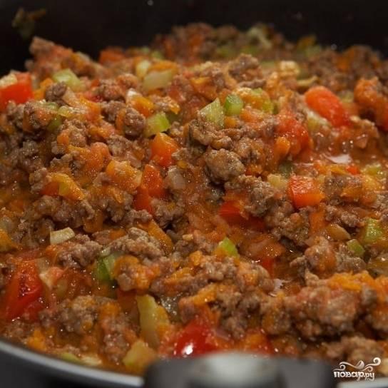 Перемешиваем, добавляем соль и перец, готовим в течение 5-7 минут на умеренном огне.