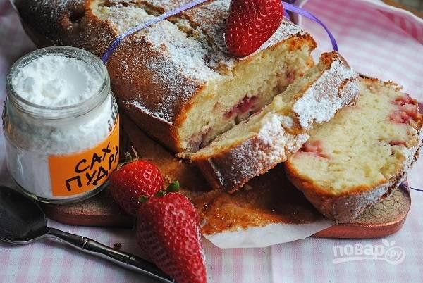 6. Готовый кекс немного остудите и по желанию присыпьте сахарной пудрой. Приятного чаепития!