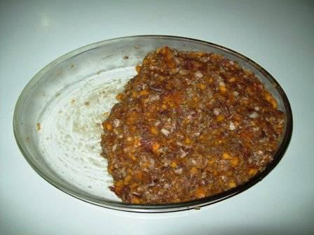 4. Посолить и поперчить начинку. При желании можно добавить любимые специи для мяса. Тщательно перемешать.