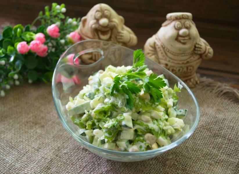 Подайте салат охлажденным. Салат очень вкусный, довольно сытный. Для постного варианта салат можно заправить просто растительным маслом. Великолепный салат. Попробуйте.