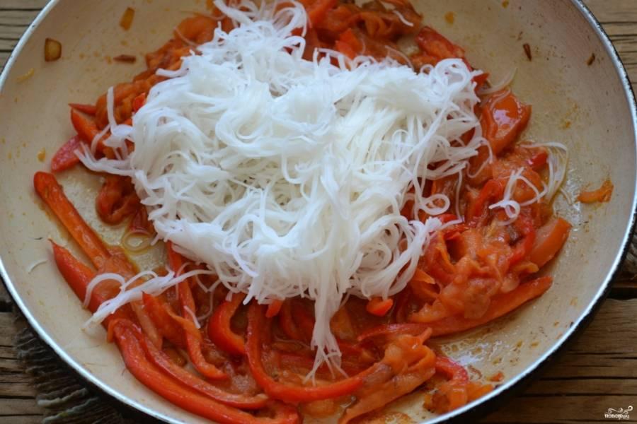 Добавьте лапшу к овощам, перемешайте и готовьте еще 2-3 минуты.