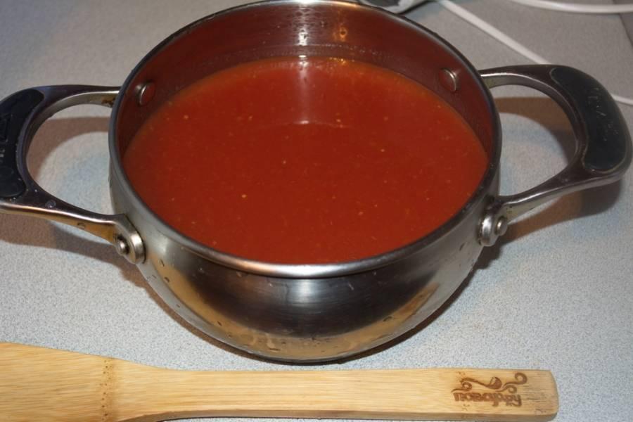 В кастрюлю налейте томатный сок.