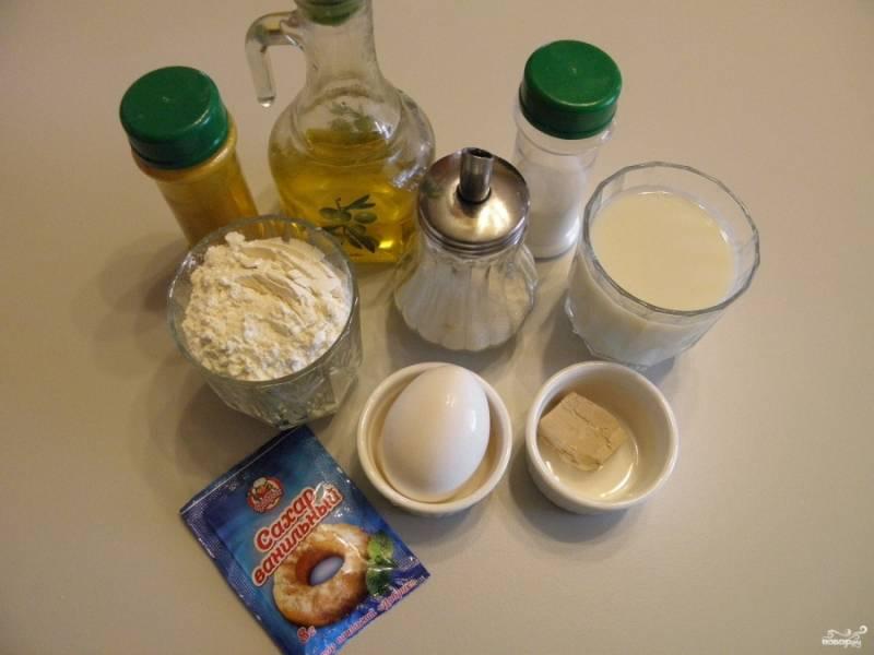 Подготовьте все необходимые продукты для блинов. Молоко подогрейте до температуры 40 градусов, не более, чтобы не погибли дрожжи.