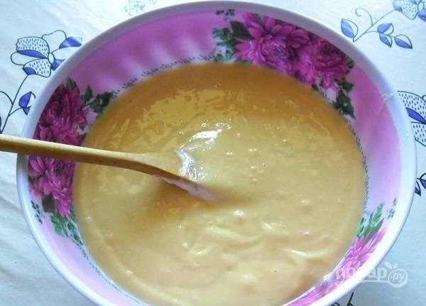 5. Снова взбейте всё как следует, чтобы не было комочков. Разделите готовое тесто пополам. Параллельно разогрейте духовку до 180 градусов.