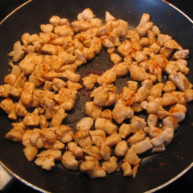 К курице добавить соль и приправы по вкусу и жарить до золотистой корочки.