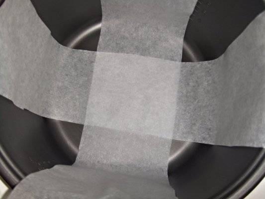 На дно чаши мультиварки застелите накрест бумагу для выпечки (бумага расстилается ,чтобы потом было легче вынуть пирог).