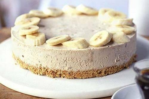 Готовый чизкейк извлекаем  из формы и украшаем бананами. Приятного аппетита!