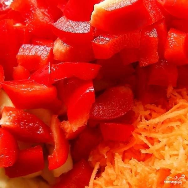 Чистим болгарские перцы, нарезаем небольшим кубиком.