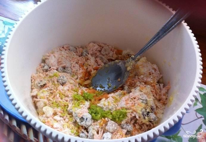 Опара подошла, можно приступать к тесту: просейте 300 граммов муки, добавьте морковку. Сухофрукты и цукаты смешайте с 50 граммами манки. Смешайте все с опарой, добавив мягкое сливочное масло (50 граммов), растительное масло, ванилин и кардамон по вкусу. Также я иногда добавляю лимонную цедру.
