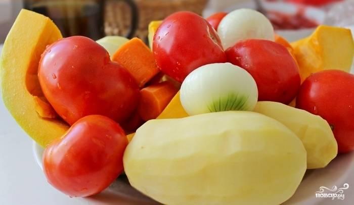 Шаг 1. Приготовьте основу - овощной бульон. Наливаем в кастрюлю 2 литра воды. Очищаем и разрезаем на несколько частей морковку с луком. Добавляем теперь перец (горошком) и лавровый лист. Доводим бульон до кипении. Убавьте огонь — и оставьте ещё минут на 30. Процедите получившийся бульон от лишних овощей.
