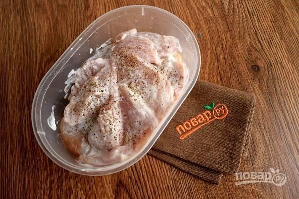 Сметану (100г ), соль, специи перемешайте и вотрите в куриные грудки. Накройте миску и оставьте мариноваться на 2 часа.