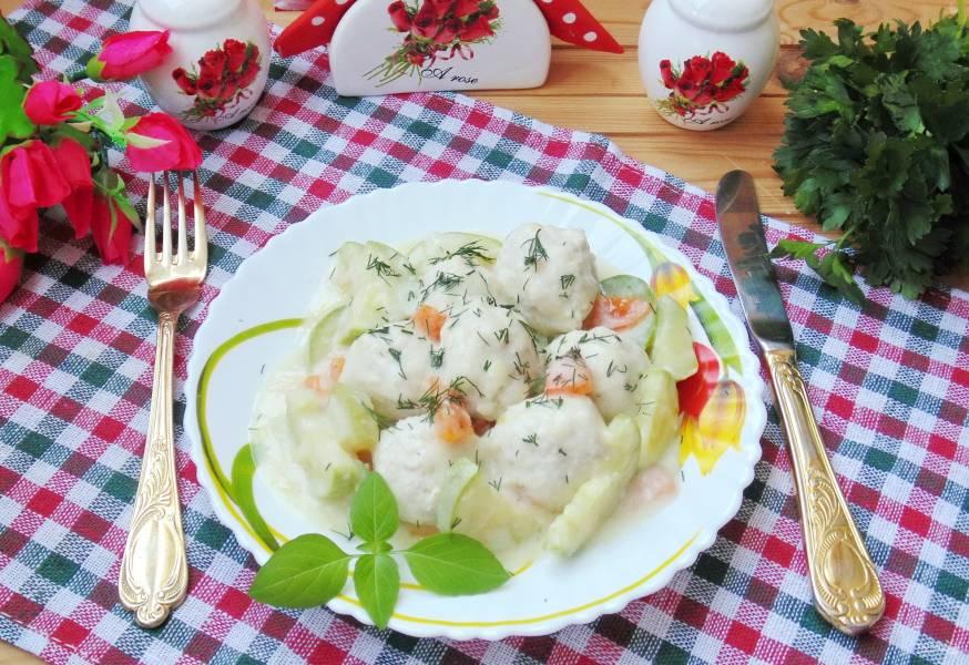 Куриные тефтели с кабачками в белом соусе