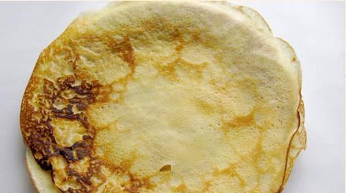 2. Затем раскаливаем сухую сковородку, обжариваем каждый блин с двух сторон. Складываем стопочкой.