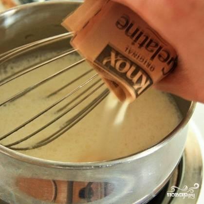 Берем небольшую кастрюльку, смешиваем в ней молоко и 2 пакетика желатина.