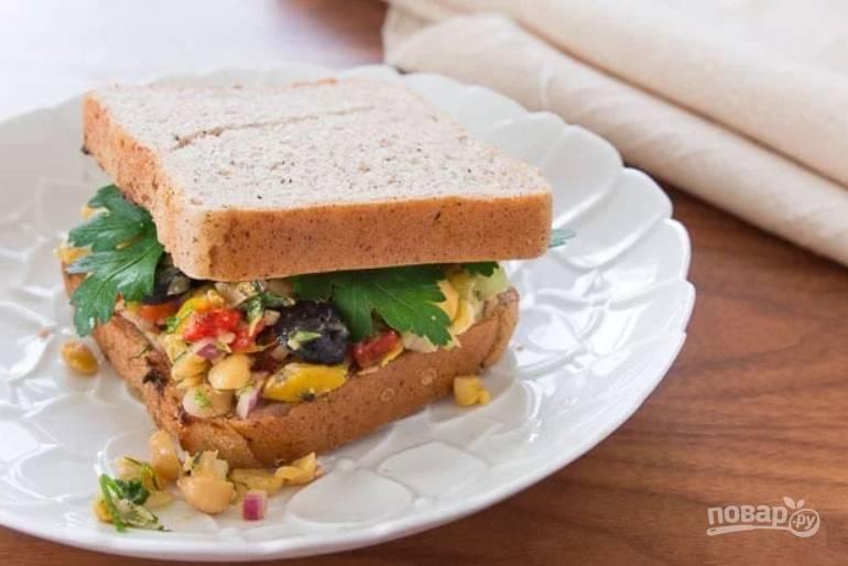 3.Сделайте заправку из 2 столовых ложек оливкового масла, винного уксуса, измельченного тимьяна и розмарина, чеснока и цедры, добавьте 1 чайную ложку соли. Заправьте салат и сразу подавайте его к столу, украсив петрушкой.
