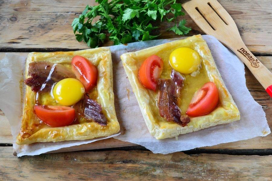 Пикантный слоеный пирог с беконом и глазуньей - пошаговый рецепт с фото на