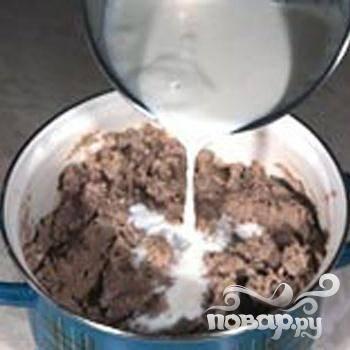 3.Горячее молоко вливаем в тесто, хорошо размешиваем и добавляем  соль и  яйца.