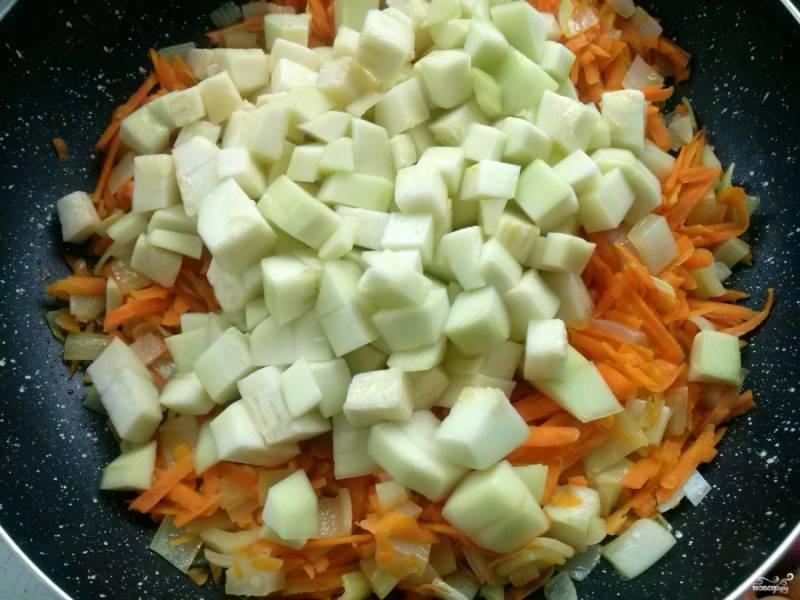 Затем добавьте кабачок и перемешайте. Тушите при закрытой крышке до мягкости кабачка.