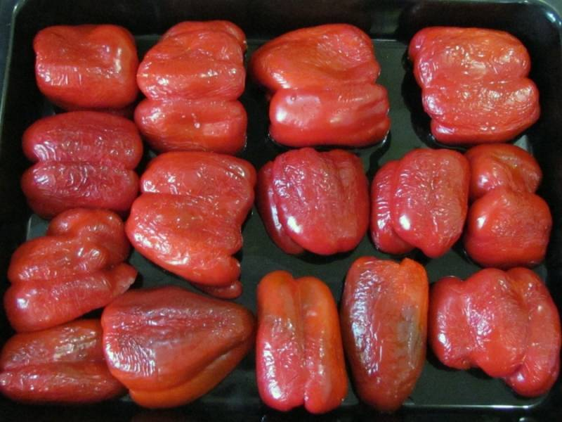 Посыпаем перец внутри солью (совсем немного) и выкладываем на смазанный маслом противень. Отправляем в разогретую до 200 градусов духовку на 20-30 минут. Как только перец станет мягким, а на его поверхности появятся темные пятна, его можно вынимать.