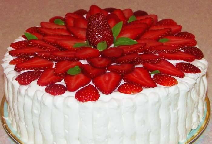 Украшаем торт остатками клубники. Приятного аппетита!