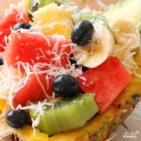 Фруктовый салат в ананасе готов. Подавать немедленно :)