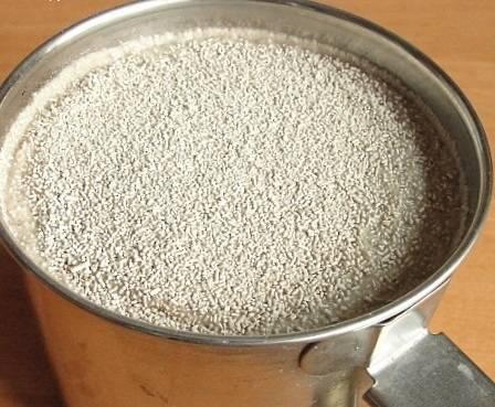 3. Отвар нужно остудить примерно до комнатной температуры и растворить в нем дрожжи с сахаром.