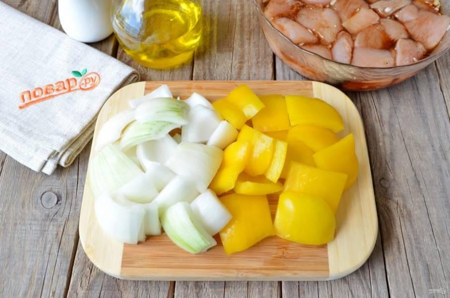 Сладкий перец освободите от семян, сполосните внутри холодной водой. Порежьте лук и перец кусочками, около 3 см (каждая сторона).