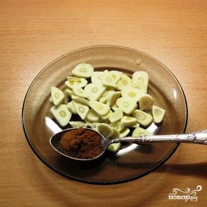 Зубчики чеснока нарезать на пластины, приправить острым молотым перцем (по желанию).