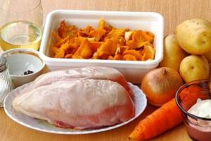 Подготовим ингредиенты. Овощи и грибы тщательно промойте. Филе промойте и обсушите бумажным полотенцем.
