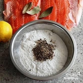 Смешиваем сахар, соль, перец и руками покрошенный лавровый лист.