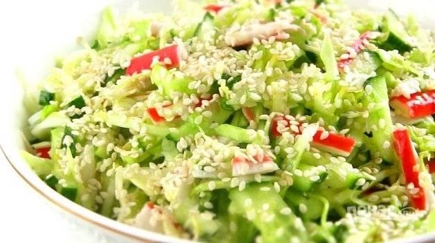 3. Перемешайте салат, посыпьте кунжутом и подавайте. Приятного аппетита!