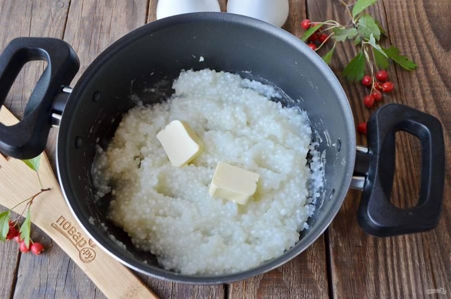 Спустя 15 минут крупа набухнет, станет мягкой, а бульон весь выпарится. Снимите кашу с огня и добавьте кусочек масла, перемешайте сразу.