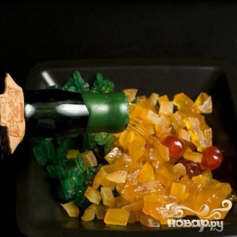 Нарежьте кубиками цукаты (они должны быть вымоченные в роме, в течении нескольких часов.