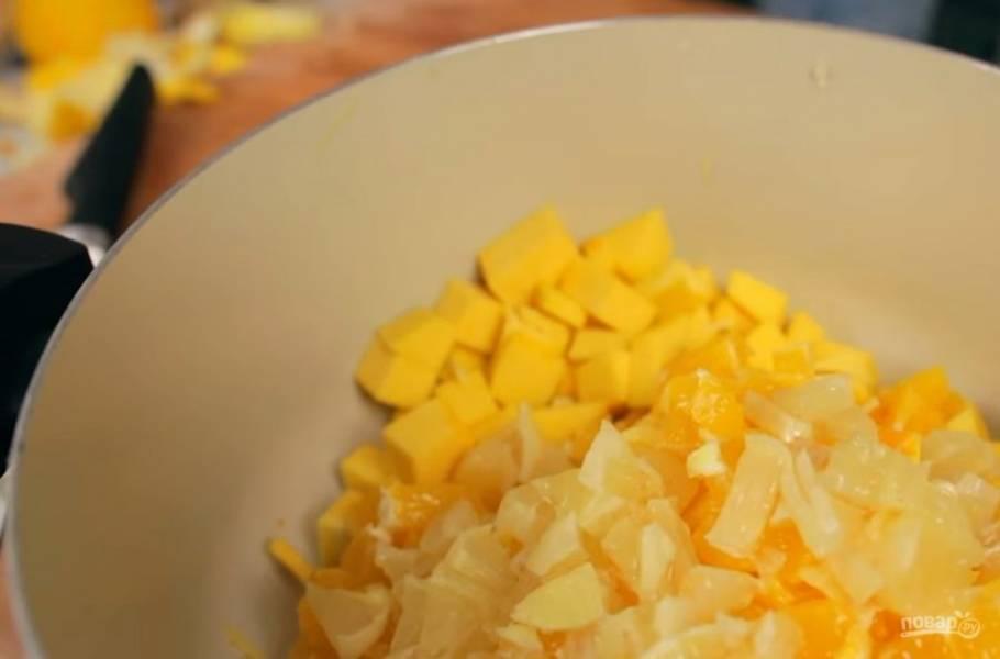2. После этого аккуратно очистите лимон и апельсин от белой кожуры и нарежьте небольшими кубиками. Добавьте их к тыкве. После этого выдавите сок одного апельсина в миску с тыквой, добавьте молотый имбирь, корицу и мелко нарезанный свежий имбирь.